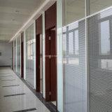De Verdeling van het bureau met Gebouwd in Jaloezies in de Geïsoleerdez Aangemaakte Afstandsbediening van het Glas