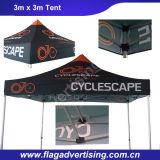 Istanti di alluminio durevoli ed impermeabili schioccano in su la tenda della tenda foranea