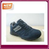 Le sport des hommes neufs chausse les chaussures occasionnelles