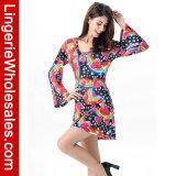 Сексуальная радуга женщин довольно в платье длинней втулки картины сердца миниом
