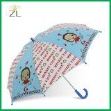 まっすぐなハンドルの強い子供の傘が付いている傘