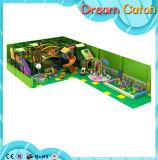 Jogos engraçados do campo de jogos das crianças