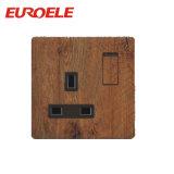 O soquete comutado 15A de madeira da cor do PC da classe elevada