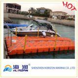 Sich hin- und herbewegendes Plastikboot koppelt Ponton-Würfel an