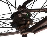 Einfacher Mitfahrer, der fettes e-Fahrrad faltet