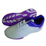 A forma ostenta sapatas, sapatilhas dos homens, sapatas movimentando-se