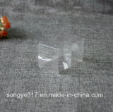 小さいペットはプラスチックの箱をもてあそぶ