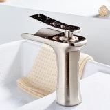 Faucet do dissipador da vaidade do banheiro do punho do bico da cachoeira único