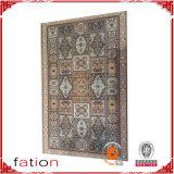 手はペルシャの敷物の東洋のカーペットのパターンによって印刷された敷物を房状にしていた