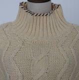 冬流行様式のウールは全身ケーブルパターンおよび長い袖が付いている重いゲージの女性のプルオーバーを暖める