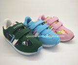 子供の夏の偶然の運動靴