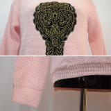 Les femmes façonnent le chandail tricoté à nervures modelé