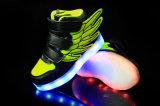 Jonge geitjes USB die Schoenen laden die van de LEIDENE de Lichte Vleugels van de Sport Tennisschoenen opvlammen
