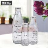 De Fles van het Glas van de melk/van het Sap met het Deksel van het Metaal