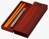 Caixa retangular de canetas de madeira com decorações embutidas