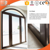 Высокая похваленная дверь твердой древесины прикрепленная на петлях