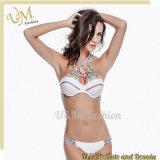 Купальные костюмы Swimsuits белых женщин Бикини треугольника груди