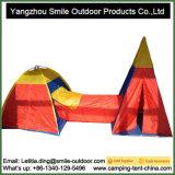 屋外のキャンプ旅行管は演劇のゲームのテントをからかう