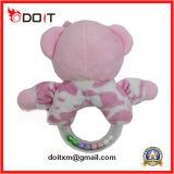 Juguete rosado del bebé del oso de la felpa de la roca del traqueteo