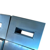 金属カバーの部品を押す精密