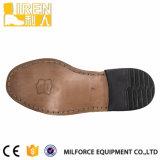 本革の黒人男性のオフィスの靴