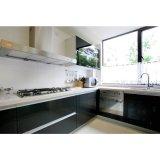 白いテーブルの上の台所食器棚が付いている黒く高い光沢のあるラッカー