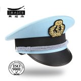 Sombrero azul claro del uniforme militar con la correa de plata