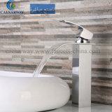 浴室のための正方形の高い洗面器の滝のコックのミキサー