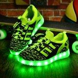 A iluminação da menina calç 7 luzes do diodo emissor de luz das sapatas do carregador do USB da cor clara