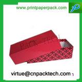 Anunció el rectángulo de empaquetado rojo del regalo de la Navidad o la caja de cartón del regalo