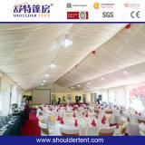 Tenda esterna di cerimonia nuziale con il pavimento, il rivestimento, la tenda e l'illuminazione