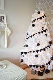LEDの装飾が付いている白い人工的なクリスマスツリー