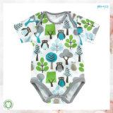 Umschlag-Stutzen Baby, das Gots neugeborenen Bodysuit trägt