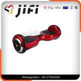 Individu équilibrant le scooter électronique de Hoverboard avec Bluetooth