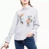 Le T-shirt de broderie de fleur de piste de femmes de mode vêtx le chemisier