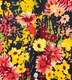La robe plissée de la jolie fille avec l'impression de fleurs
