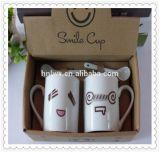tazza di ceramica bianca di sorriso 11oz con il cucchiaio in un contenitore di regalo