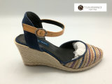 La rafia delle donne ha legato la signora Red dei cunei delle scarpe di tela ed i sandali della scarpa di tela dell'azzurro