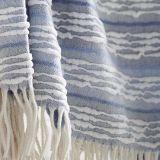 ふさが付いている編まれたアクリルの投球毛布