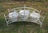 3台の鍋つかみが付いている旧式なホワイトメタルプランター立場