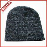 冬のウォーマーのMarledによって編まれる頭骨の帽子