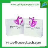 Верхний мешок подарка руки белой бумаги дня рождения венчания ранга