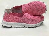 多彩なデザインの平らな人そして女性の靴