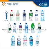 Выпивая машина минеральной вода заполняя разливая по бутылкам