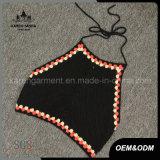 女性黒いホールターの首のかぎ針編みの穀物の上