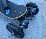 outre de la roue 4 électrique de planche à roulettes de route avec le pied attacher