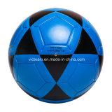 屋外の青い卸し売り通りのフットボールのサッカーボール