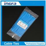 La chiusura lampo di plastica lega la fascetta ferma-cavo di nylon per la fune ed il cavo del gruppo
