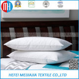Almohada blanca para el asiento de coche y el resto de cama
