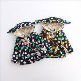 子供の衣服のためのかわいい印刷された中心パターン女の子のコート